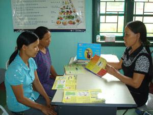 Cán bộ chuyên trách Dân số xã Phong Phú tuyên truyền kiến thức CSSKSS/KHHGĐ đến các đối tượng