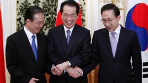Lãnh đạo ba nước Đông Bắc Á (từ trái qua): Thủ tướng Trung Quốc Ôn Gia Bảo, Thủ tướng Nhật Bản Naoto Kan, Tổng thống Hàn Quốc Lee Myung Bak tại Tokyo