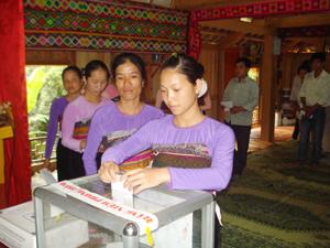 Nhân dân xã Mai Hạ (Mai Châu) tham gia bỏ phiếu trong ngày bầu cử.