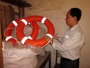 Lực lượng tìm kiếm cứu nạn huyện Mai Châu chuẩn bị phương tiện cứu trợ người dân mùa lũ.