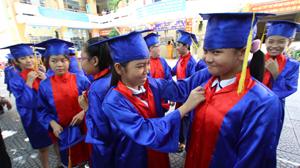 Học sinh lớp 5/2 Trường tiểu học Trần Bình Trọng (Q.5, TP.HCM) trong buổi tập dượt chuẩn bị cho ngày ra trường (sáng 19-5)