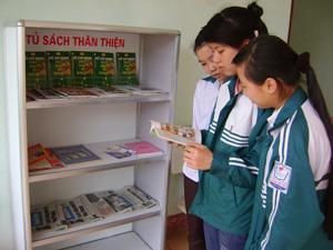 Tủ sách thân thiện của trường THPT chuyên Hoàng Văn Thụ đã giúp học sinh tranh thủ đọc sách vào giờ giải lao.