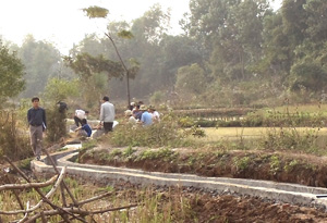 Cán bộ phòng NN&PTNT Lạc Sơn kiểm tra hệ thống kênh mương tại xã Thượng Cốc.