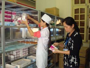 Trung tâm YTDP huyện Lương Sơn chuẩn bị cơ số thuốc thiết yếu để chủ động phòng chống dịch bệnh mùa hè.