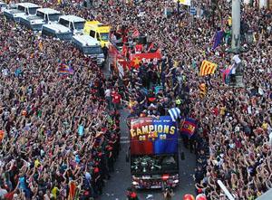 Những người hùng Barcelona được chào đón khi trở về xứ Catalan.
