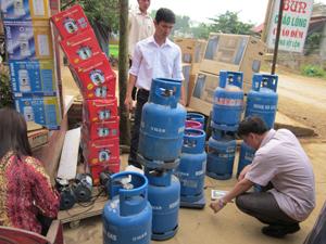 Kiểm tra việc chấp hành pháp lệnh đo lường tại cửa hàng gas xã Xuất Hóa (Lạc Sơn)