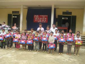 Đại diện Tổng liên đoàn lao động và công đoàn Ngân hàng Việt combank trao cặp phao cho học sinh xã Vầy Nưa, Đà Bắc.