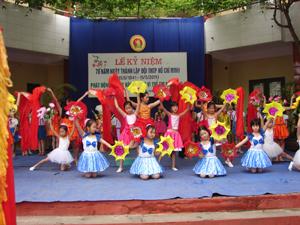 Tiết mục văn nghệ chào mừng lễ phát động tháng hành động vì trẻ em năm 2011 do các em học sinh Nhà văn hóa thiếu nhi tỉnh biểu diễn