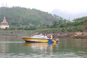Các chiến sỹ cảnh sát giao thông đường thủy tuần tra khu vực hạ lưu nhà máy thủy điện Hòa Bình.