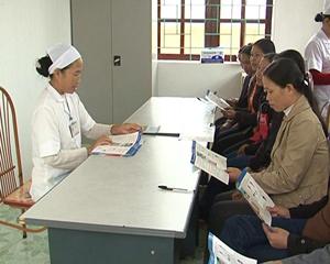Cán bộ Trạm y tế xã Vĩnh Đồng ( Kim Bôi) tư vấn cho người dân phòng - chống bệnh Thalassemia.