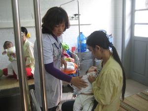 Tiêu chảy là bệnh nguy hiểm, thường gặp vào mùa hè (ảnh tại khu tiếp nhận bệnh nhi tiêu chảy, Bệnh viện Đa khoa tỉnh).