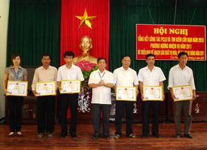 Lãnh đạo UBND huyện Cao Phong trao giấy khen cho 6 tập thể có thành tích xuất sắc trong thực hiện công tác PCLB&TKCN năm 2010.