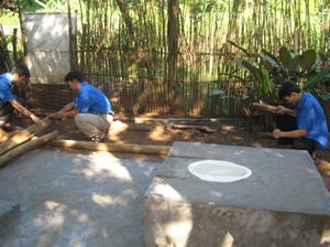 Lực lượng ĐVTN huyện Tân Lạc hành động bảo vệ môi trường (trong ảnh: ĐVTN huyện tham gia xây dựng công trình nhà tiêu hợp vệ sinh tại xã Tử Nê).