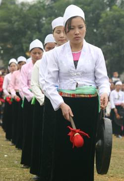 Nghệ thuật dân gian trong trang phục truyền thống của người Mường - Hòa Bình
