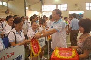 Lãnh đạo Sở Công thương trao cờ lưu niệm cho các đoàn VĐV tham dự giải.