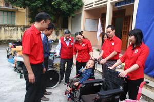 Hội CTĐ tỉnh trao 64 xe lăn (nguồn viện trợ của Nhật Bản) cho  nạn nhân chất độc da cam và người khuyết tật trên địa bàn tỉnh.