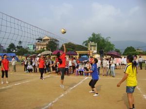 Đội bóng chuyền nữ xã Dân Hòa (bên trái sân) tham gia thi đấu tại giải bóng chuyền nông dân  phụ nữ huyện Kỳ Sơn năm 2012.