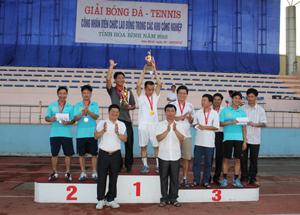 Ban tổ chức trao giải cho các đội tham dự môn Tennis.