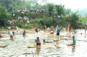 Phần thi đánh bắt cá tập thể tại Lễ hội đánh bắt cá suối tháng ba xã Lỗ Sơn (Tân Lạc).