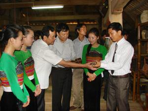 Đại biểu, du khách và lãnh đạo Công ty cùng trao đổi, chia sẻ về các hiện vật sưu tầm ở không gian bảo tồn và phát triển văn hoá Thái Mai Châu.