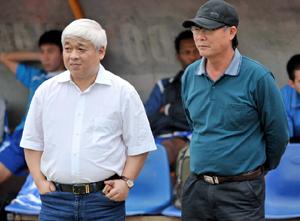 HLV Nguyễn Thành Vinh (phải) và bầu Kiên đã không còn sát cánh cùng nhau.