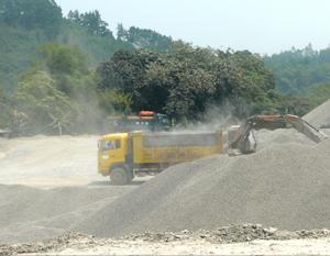 Khói, bụi trong quá trình nghiền đá của các doanh nghiệp khai thác, sản xuất đá xây dựng trên địa bàn xã Tân Vinh (Lương Sơn) gây ô nhiễm môi trường, ảnh hưởng đến đời sống của nhân dân.