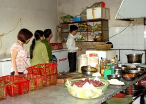 Đoàn kiểm tra liên ngành của UBND TP Hòa Bình kiểm tra tại Nhà hàng Tuyết Sơn tại tổ 5, phường Đồng Tiến.