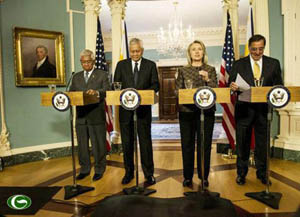 (Từ trái sang) Bộ trưởng Quốc phòng Philippines Voltaire Gazmin, Ngoại trưởng Philippines Alberto del Rosario, Ngoại trưởng Mỹ Hillary Clinton và Bộ trưởng Quốc phòng Mỹ Leon Panetta trong cuộc họp báo sau hội đàm ở Washington hồi tuần trước.