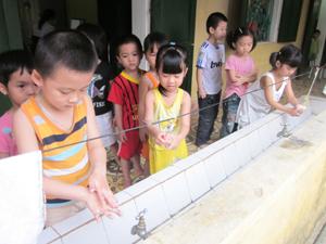 Các bé độ tuổi mẫu giáo trường mầm non xã Sủ Ngòi (thành phố Hòa Bình) rửa tay bằng xà phòng để phòng lây truyền bệnh tay - chân - miệng.