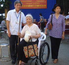 Lãnh đạo UBND TP Hòa Bình trao xe lăn cho người khuyết tật.