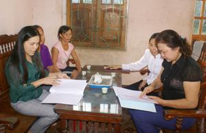 Cán bộ Hội LHPN tỉnh trao đổi thông tin, tuyên truyền phổ biến giáo dục pháp luật đến các hội viên phụ nữ xã Thống Nhất (TPHB). Ảnh: T.H