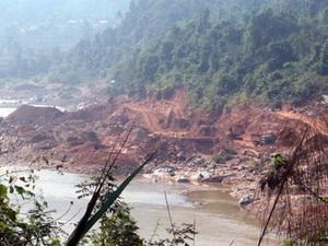 Tình trạng khai thác vàng đang tàn phá sông Đà. (Nguồn: baolaichau.vn)