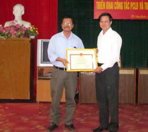 Được ủy quyền, lãnh đạo Sở NN&PTNT trao bằng khen của Ban chỉ đạo PCLB Trung ương cho thành phố Hòa Bình.