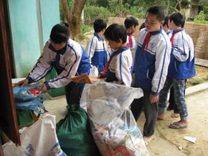 """Học sinh trường THCS Kim Tiến (Kim Bôi) trong buổi tiếp nhận giấy vụn, vỏ lon thu được từ phong trào """"kế hoạch nhỏ""""."""
