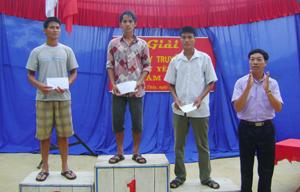 Ban tổ chức trao giải cho các VĐV đạt thành tích cao tại nội dung 100 m tự do nam vô địch.