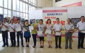 Ban tổ chức trao giấy khen cho các tác giả có tác phẩm đoạt giải.