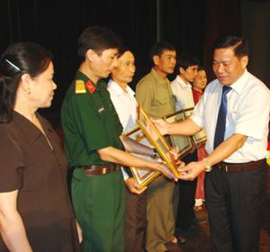 Đồng chí Hoàng Việt Cường, Bí thư Tỉnh ủy trao bằng khen cho các tổ chức cơ sở Đảng và đảng viên được Tỉnh ủy tặng bằng khen trong dịp tổng kết công tác xây dựng Đảng năm 2012