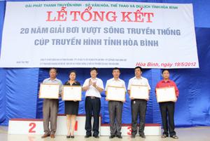 Đồng chí Bùi Văn Cửu, Phó Chủ tịch TT UBND tỉnh trao bằng khen của UBND tỉnh cho các tập thể có thành tích xuất sắc trong 20 năm tổ chức và tham dự giải.