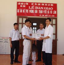 Lãnh đạo LĐLĐ tỉnh bàn giao Dự án hỗ trợ phòng sinh sản trạm y tế xã Vũ Lâm, huyện Lạc Sơn.