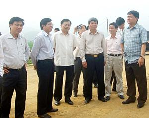 Bộ trưởng GT-VT Đinh La Thăng và đồng chí Trần Đăng Ninh, Phó Chủ tịch UBND tỉnh kiểm tra tiến độ thi công đường cao tốc Hòa Lạc - TPHB.