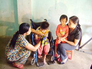 Đại diện Sở LĐ-TB&XH đến thăm và tặng quà cho trẻ em khuyết tật tại xã Mãn Đức (Tân Lạc).