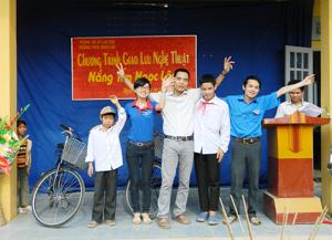 Đoàn tình nguyện trao tặng xe đạp cho 2 HS có hoàn cảnh đặc biệt khó khăn.