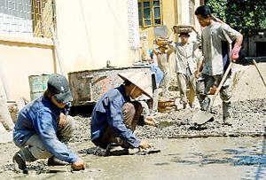 Nông dân xã Dân Chủ (TPHB) tích cực tham gia làm đường GTNT để đẩy nhanh tiến độ xây dựng NTM.