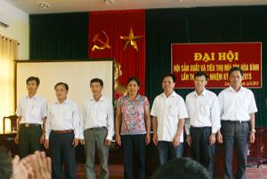Ban chấp hành Hội sản xuất và tiêu thụ mía tím Hoà Bình ra mắt Đại hội.