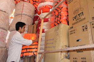 Cán bộ phòng NN&PTNT huyện Cao Phong kiểm tra các phương tiện, vật tư cứu hộ, cứu nạn trong mùa mưa bão.