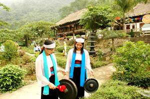 Khu du lịch Cửu thác Tú Sơn (Kim Bôi) thu hút đông đảo khách du lịch trong và ngoài tỉnh đến tham quan, nghỉ dưỡng. (ảnh Hồng Trung).