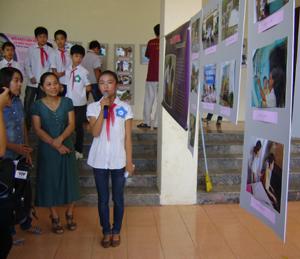 Các em giới thiệu về triển lãm ảnh với đại biểu tham dự.