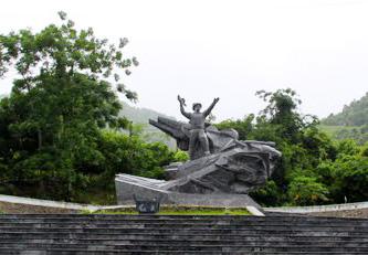 Di tích ghi dấu chiến công diệt xe tăng của anh hùng Cù Chính Lan nằm ở dốc Giang Mỗ cạnh đ¬ường 6A (cũ) thuộc địa phận xóm Giang Mỗ, xã Bình Thanh, huyện Cao Phong được xếp hạng di tích cấp quốc gia năm 1993.
