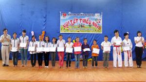 Đại diện lãnh đạo Tỉnh đoàn, tổ chức GNI Hàn Quốc tại Việt Nam trao học bổng cho các em có thành tích học tập xuất sắc tại Trung tâm.