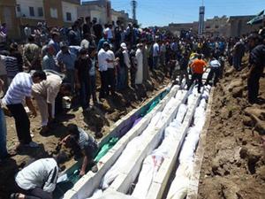 Các nạn nhân trong vụ thảm sát tại Houla đang được chôn cất. Ảnh: Internet
